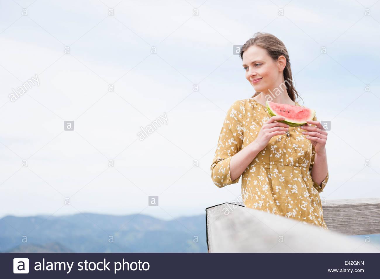 Mujer adulta media Comiendo Sandía, Wallberg, Tegernsee, Baviera, Alemania Imagen De Stock