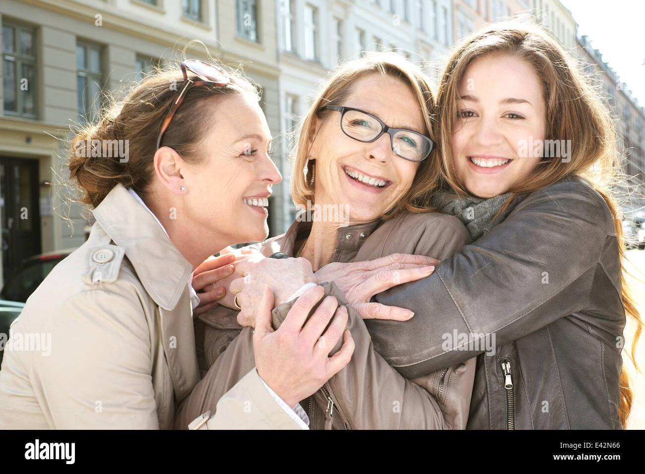 Retrato de tres generaciones de mujeres en la ciudad Imagen De Stock