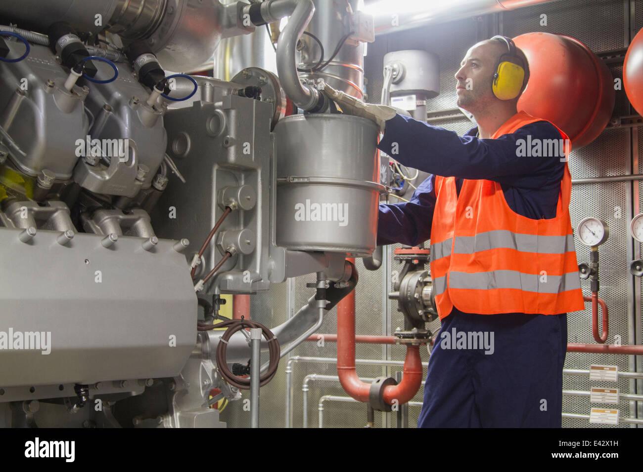 Técnico a realizar una comprobación en power station Imagen De Stock