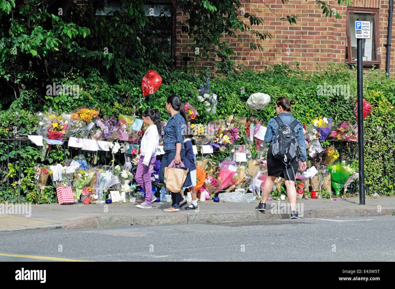 La gente que busca en el memorial a la víctima del apuñalamiento London Borough of Highbury Islington, Imagen De Stock