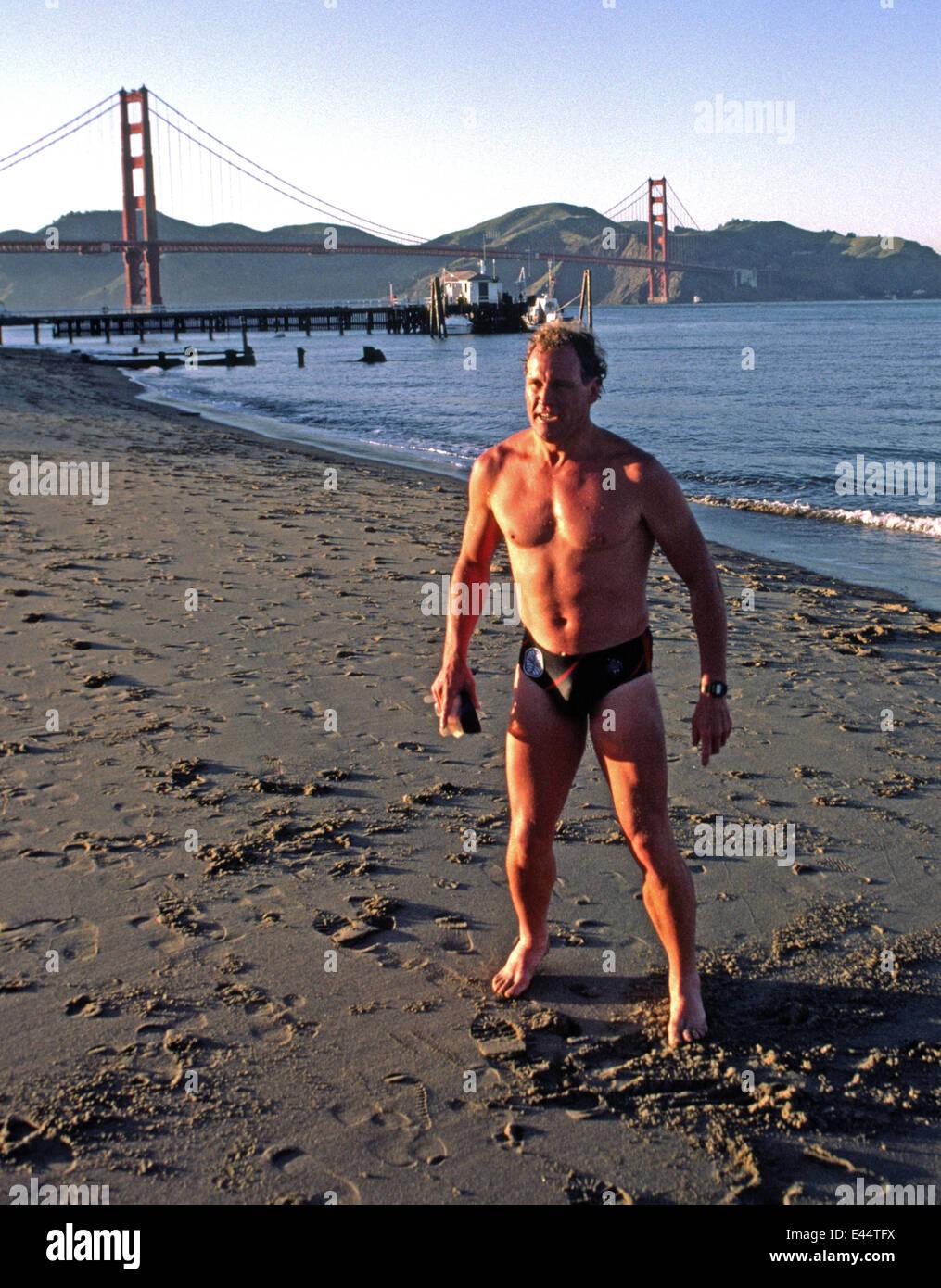 Dave Horning después de nadar en la Bahía de San Francisco en 1985 Imagen De Stock