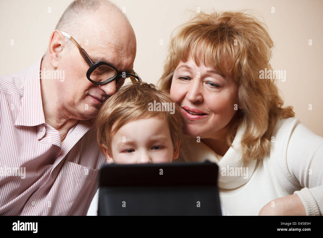 Tiempo en familia con touchpad Imagen De Stock