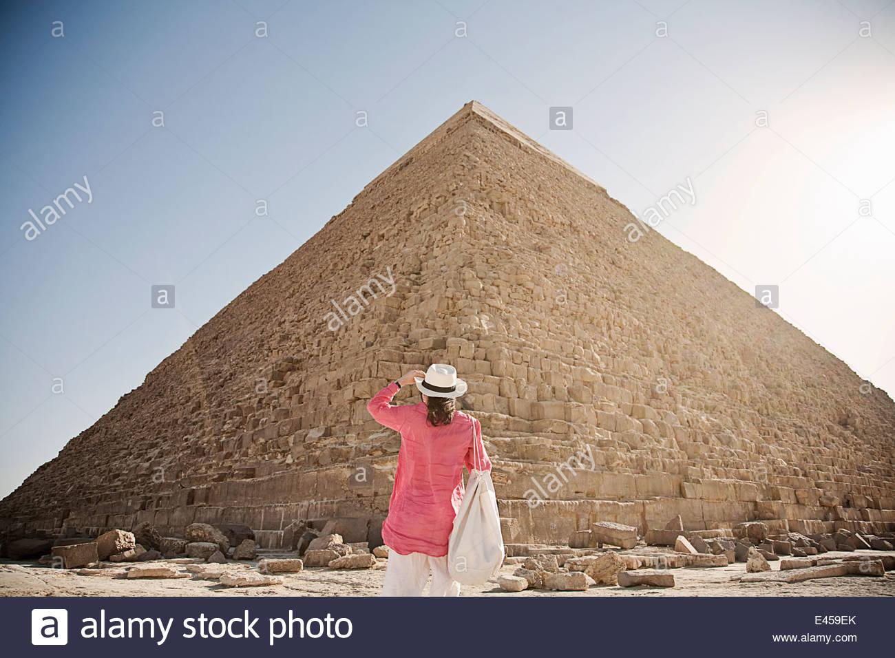 Mujer madura turista en la Gran Pirámide de Giza, en Egipto Imagen De Stock