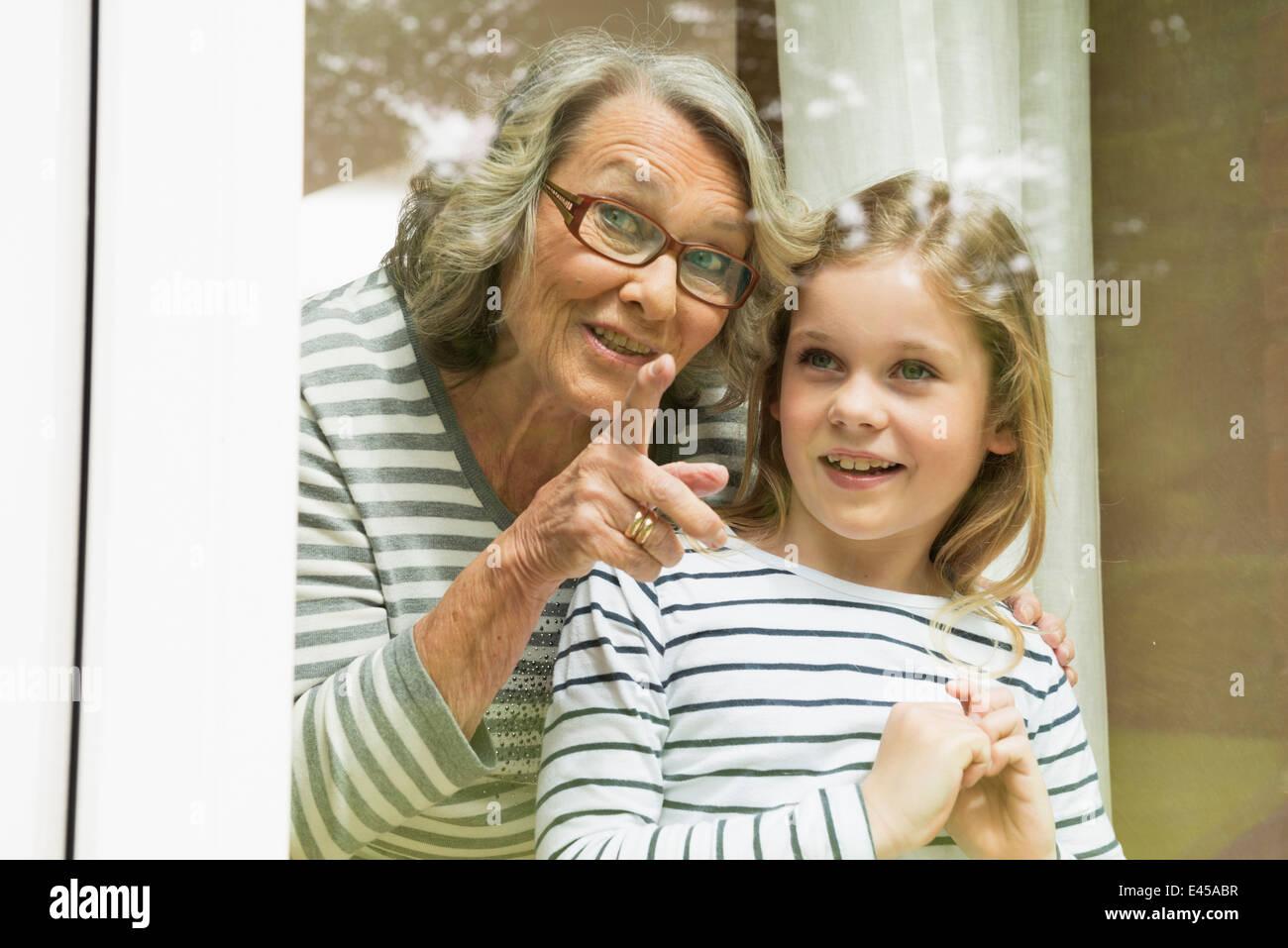 Abuela y nieta pegado Imagen De Stock