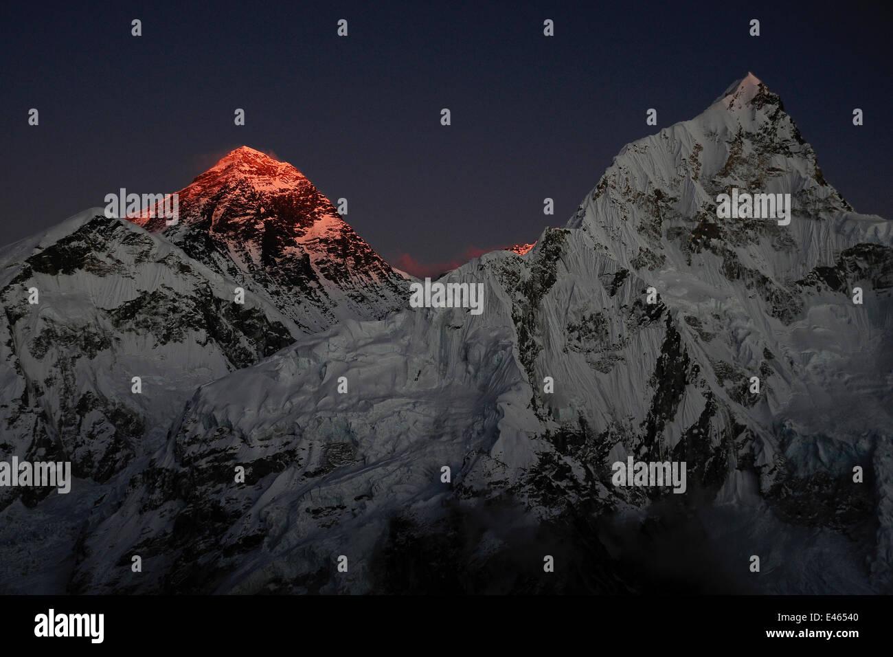 La última luz del día iluminando la cumbre del Monte Everest, el Parque Nacional de Sagarmatha, Khumbu, Imagen De Stock