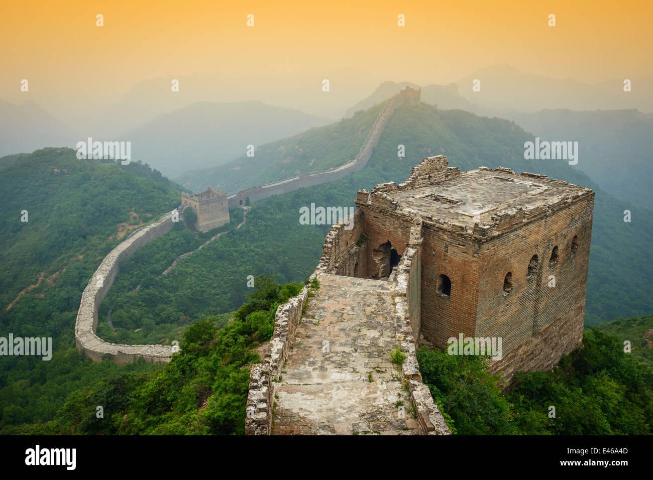 La Gran Muralla de China. Las secciones no restaurado en tour caminando Jinshanling. Foto de stock