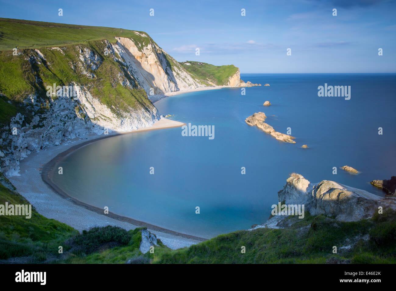 La tarde mirando al hombre de guerra Bahía a lo largo de la Costa Jurásica, en Dorset, Inglaterra Foto de stock