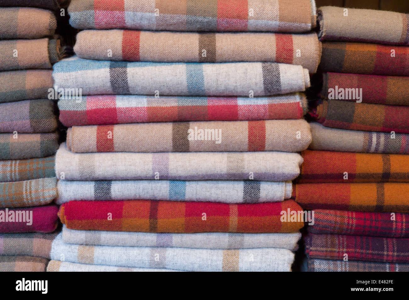 Controles, cuadros escoceses y highland tartan lambswool throws y bufandas para venta en Lochcarron tejedoras en Imagen De Stock