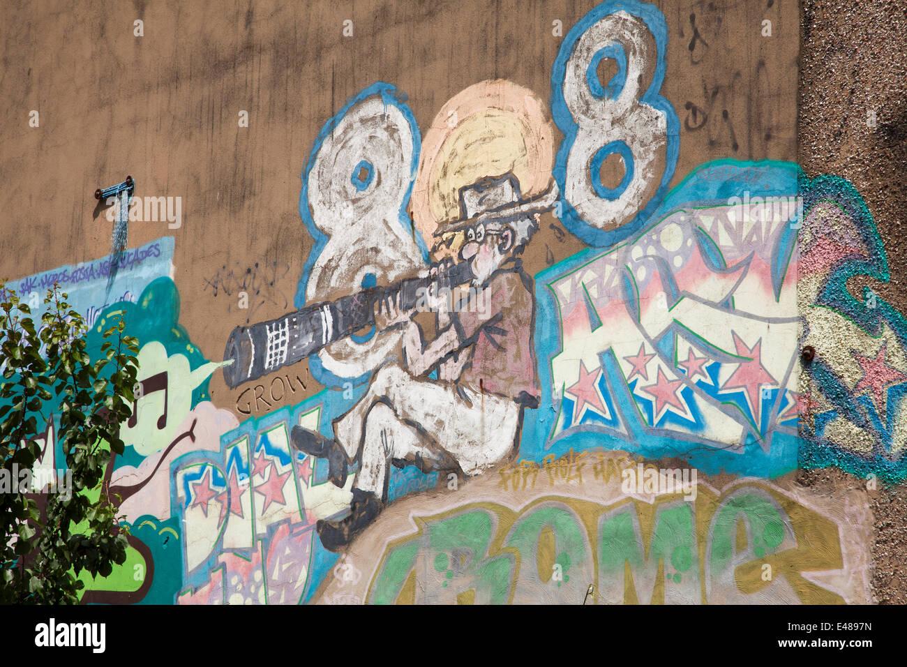 El Shoreham Street, Sheffield, Reino Unido, 5 de julio de 2014. Un mural de Rolf Harris en el edificio de archivos de Sheffield se pinta de nuevo después de que el animador y artista fue encarcelado por 5 años y 9 meses por atentado contra el pudor. Rolf Harris pintó el autorretrato en la década de 1990 en el edificio en el centro de la ciudad Sheffeild. Crédito: Mark Richardson/Alamy Live News Foto de stock