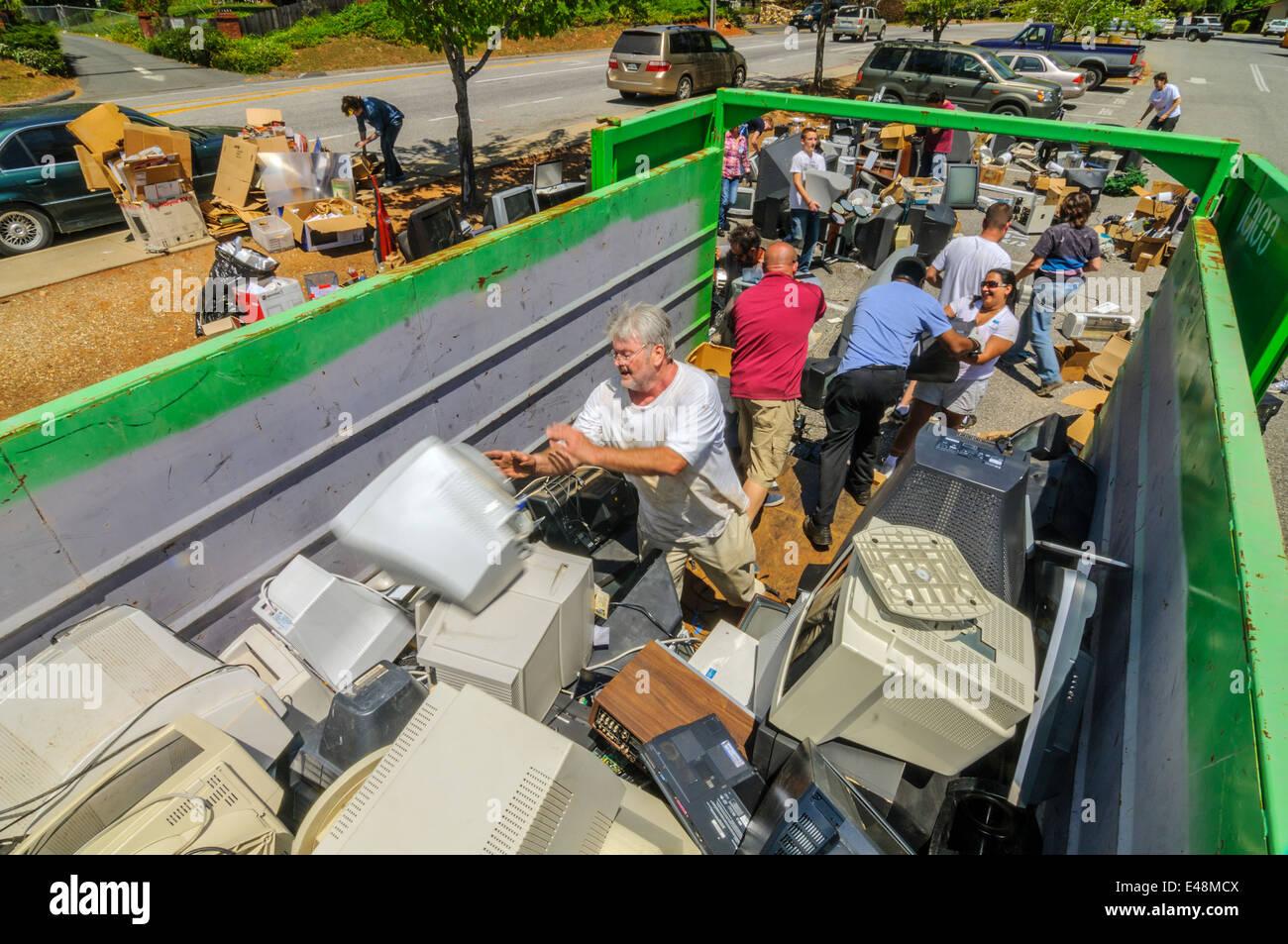Los voluntarios ayudando en la recolección de residuos electrónicos - Comunidad de recaudación de Imagen De Stock