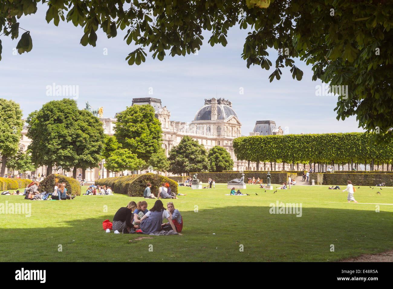 Jardin des Tuileries y el Museo del Louvre, París. El museo es uno de los más grandes en el mundo. Foto de stock