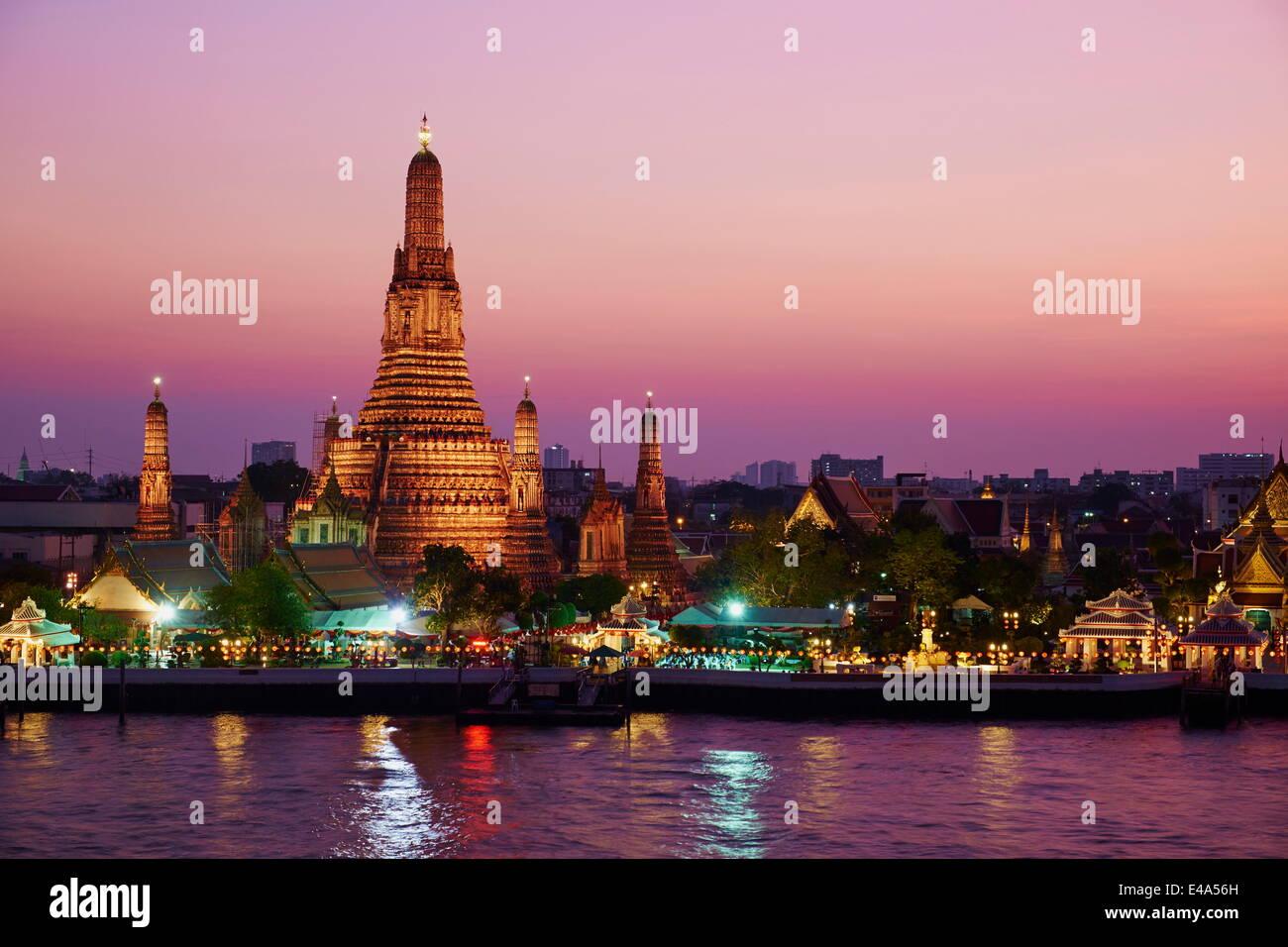 Wat Arun (Templo del Amanecer) y el río Chao Phraya por noche, Bangkok, Tailandia, el sudeste de Asia, Asia Imagen De Stock