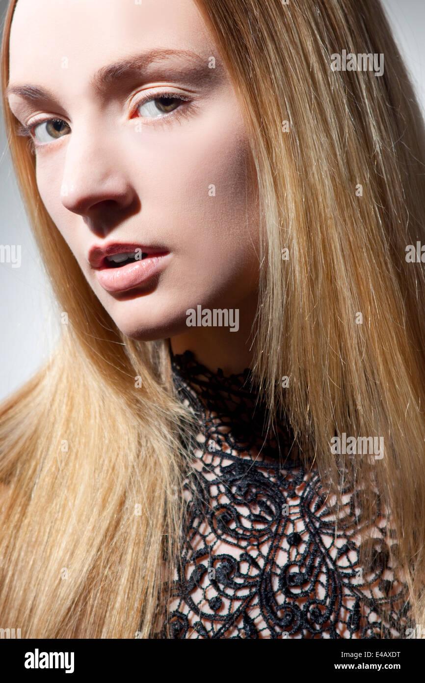 Mujer hermosa con de largo, pelo rubio Imagen De Stock
