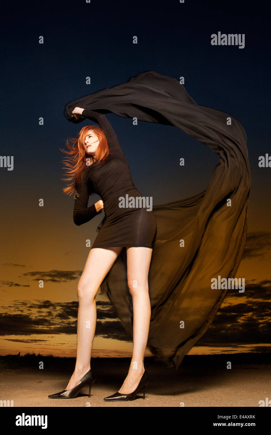 Bella mujer con pelo rojo brillante baile con mantón chiffon largo Imagen De Stock