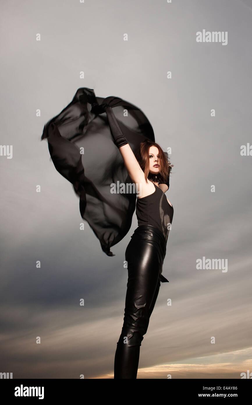 Bella mujer baile con mantón chiffon largo Imagen De Stock