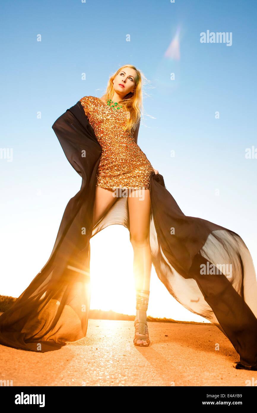 Hermosa mujer bailando en la luz del sol Imagen De Stock