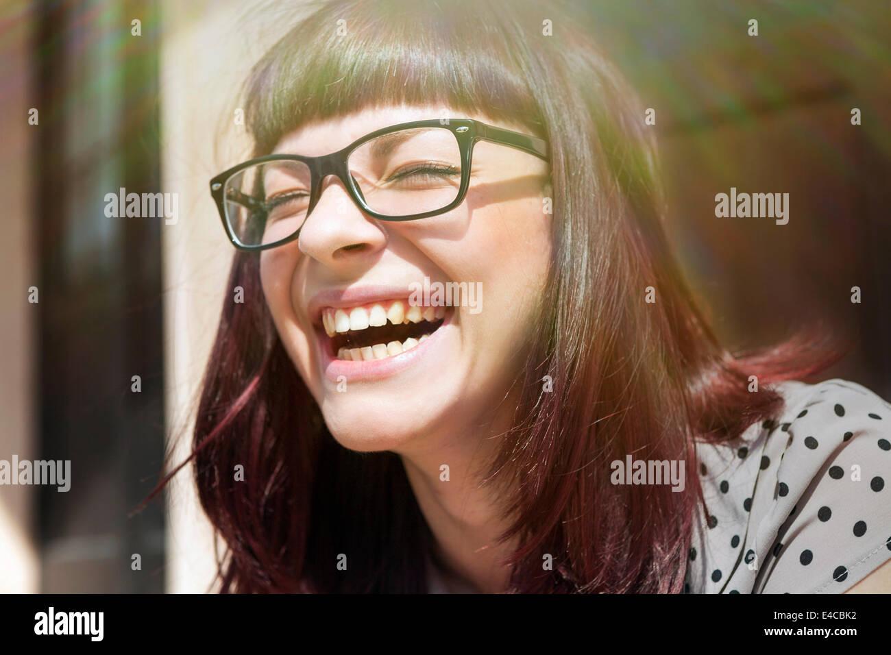 Mujer joven riendo con alegría, en Osijek, Croacia Foto de stock