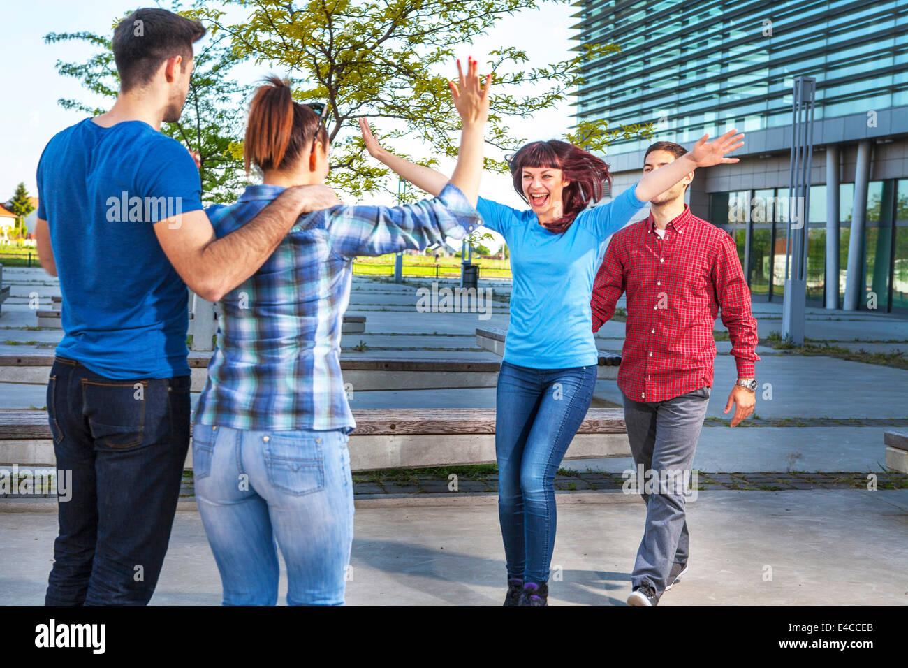 Amigos saludándonos, en Osijek, Croacia Imagen De Stock