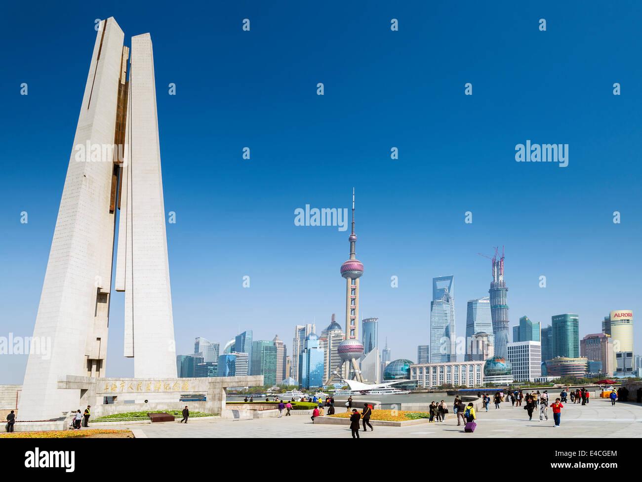 El horizonte de Pudong y el monumento en Shanghai China riverside Imagen De Stock