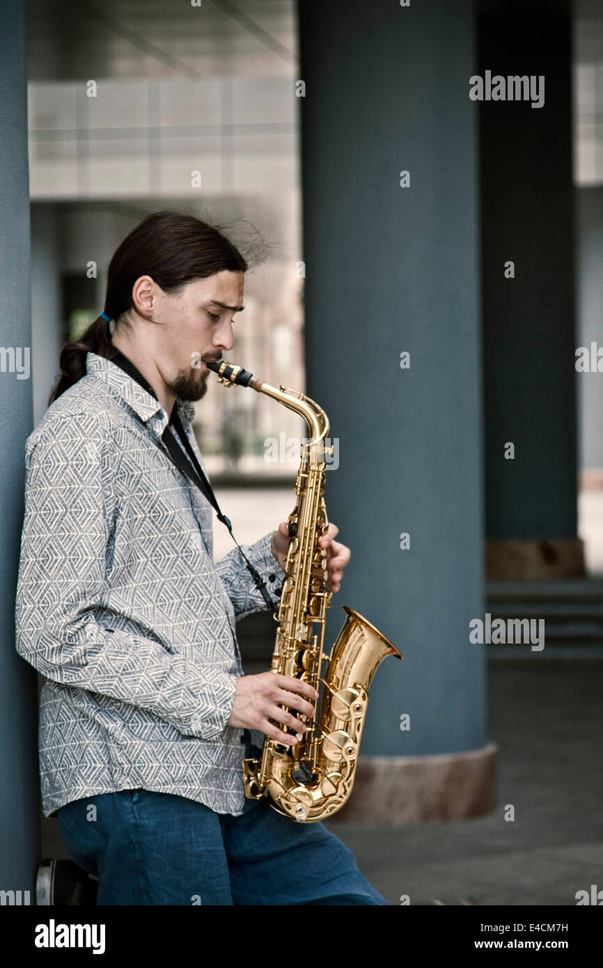 Hombre tocando el saxofón, en Osijek, Croacia Imagen De Stock