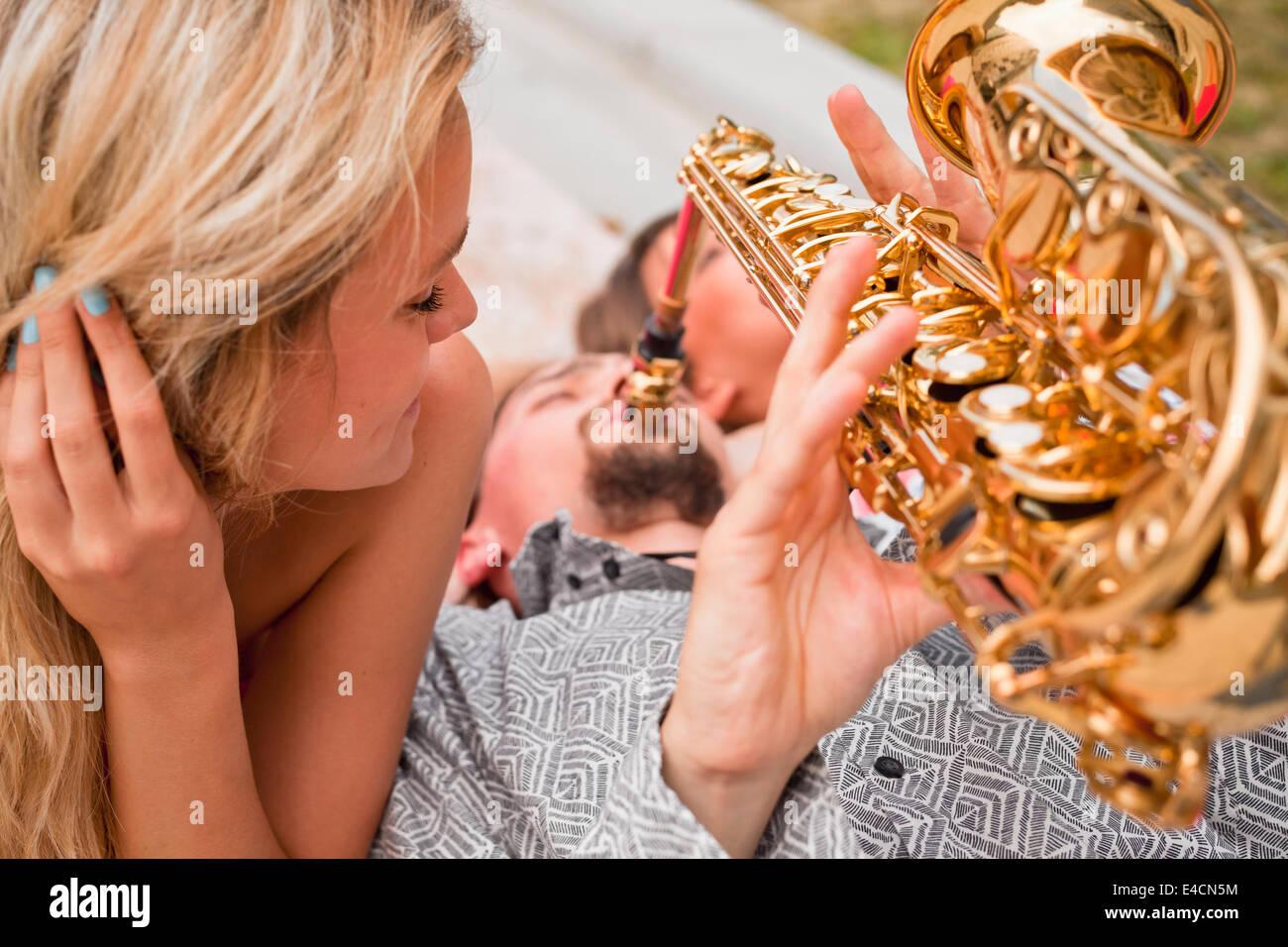 Hombre tocando el saxofón a las mujeres, en Osijek, Croacia Imagen De Stock