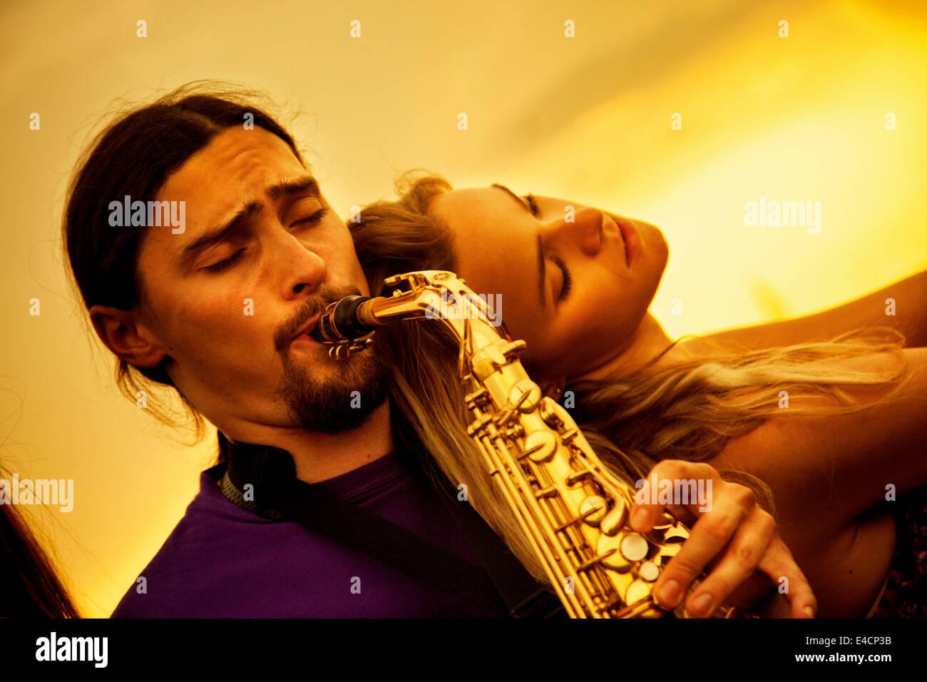 Hombre tocando el saxofón a la mujer, en Osijek, Croacia Imagen De Stock