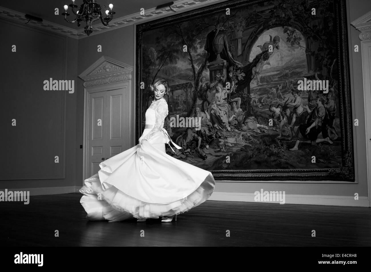 Preparativos de boda, novia bailando contra la vieja pintura, Dorset, Inglaterra Imagen De Stock