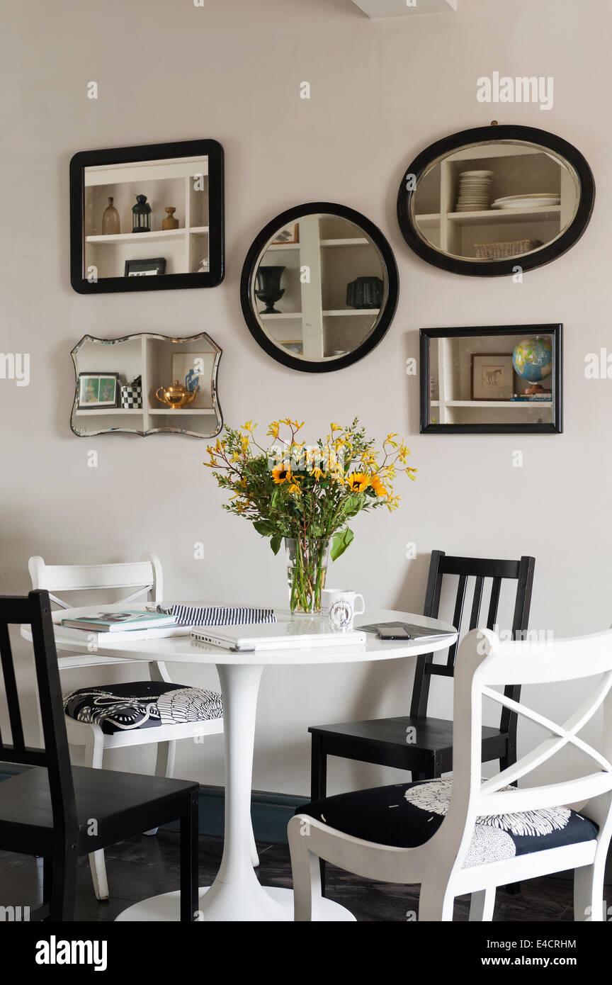 Ikea mesa de comedor y sillas negras de comedor con una colección de ...