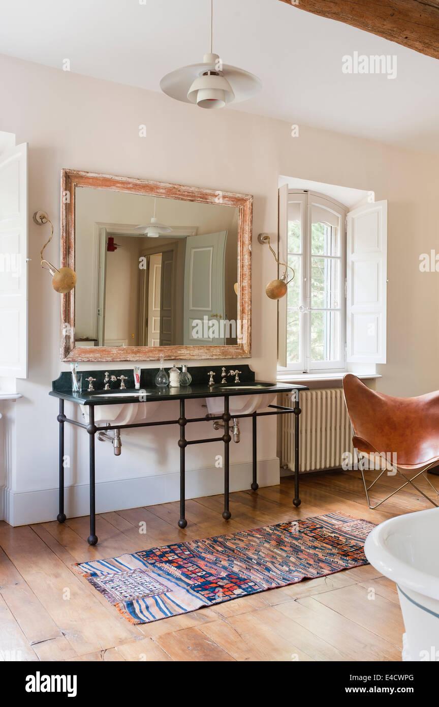 Lavabos con pedestal con marco de metal en el cuarto de baño con ...