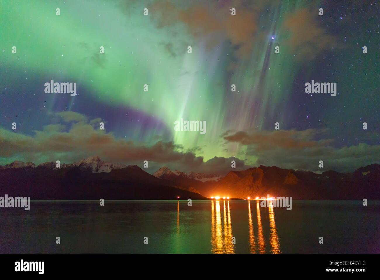 Aurora Borealis más Resurrección Bay, Seward, Alaska Foto de stock