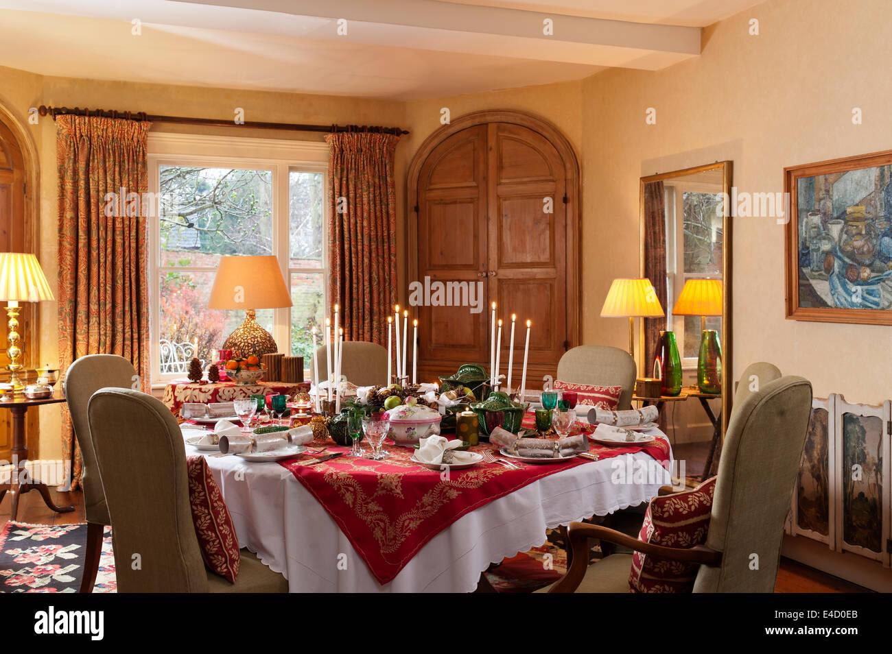 Comedor con mesa para la cena de Navidad. La vajilla es una mezcla de Luneville antiguo patrón de Estrasburgo Imagen De Stock