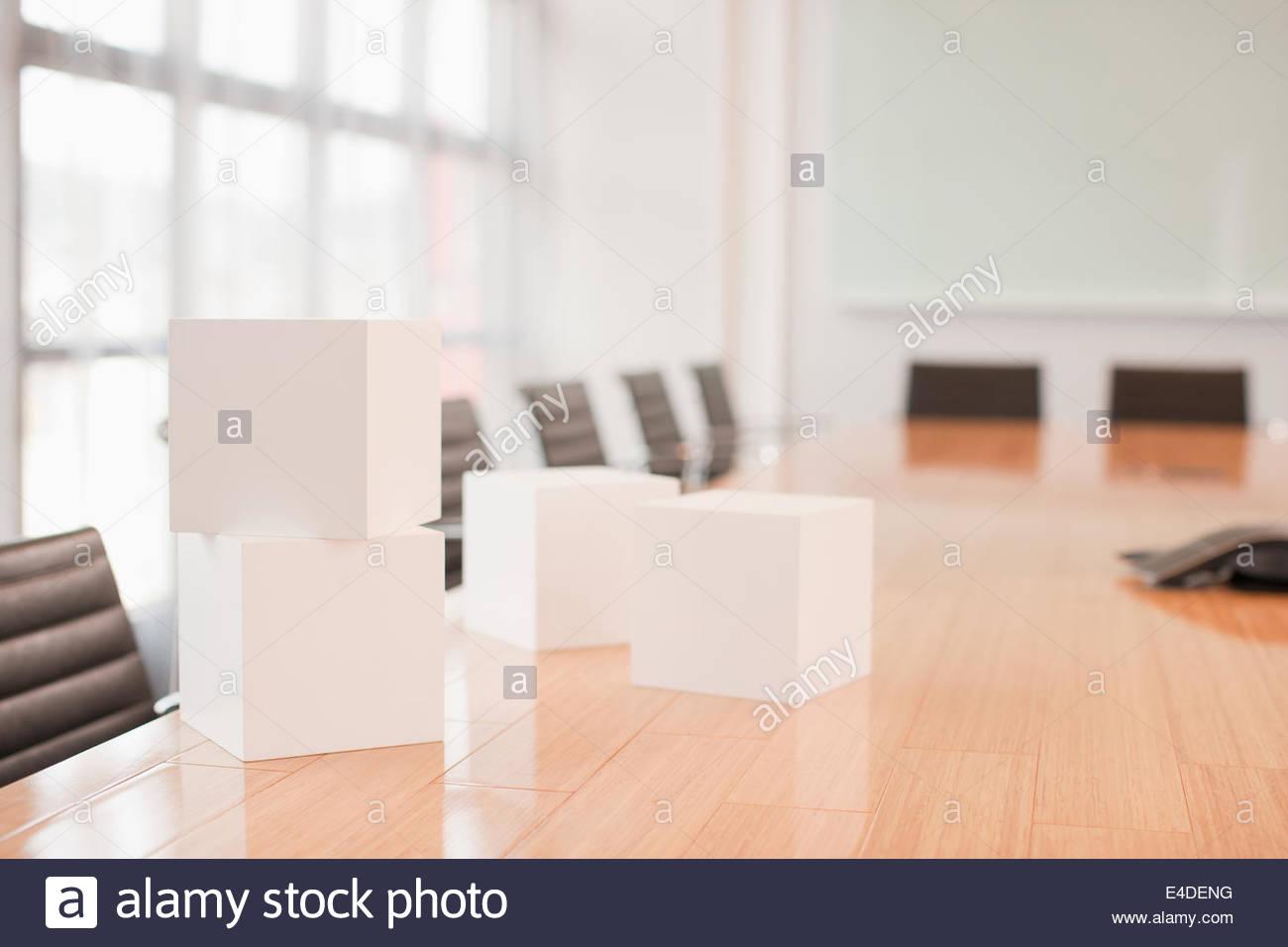 Cubos blancos de mesa en la sala de reuniones Imagen De Stock