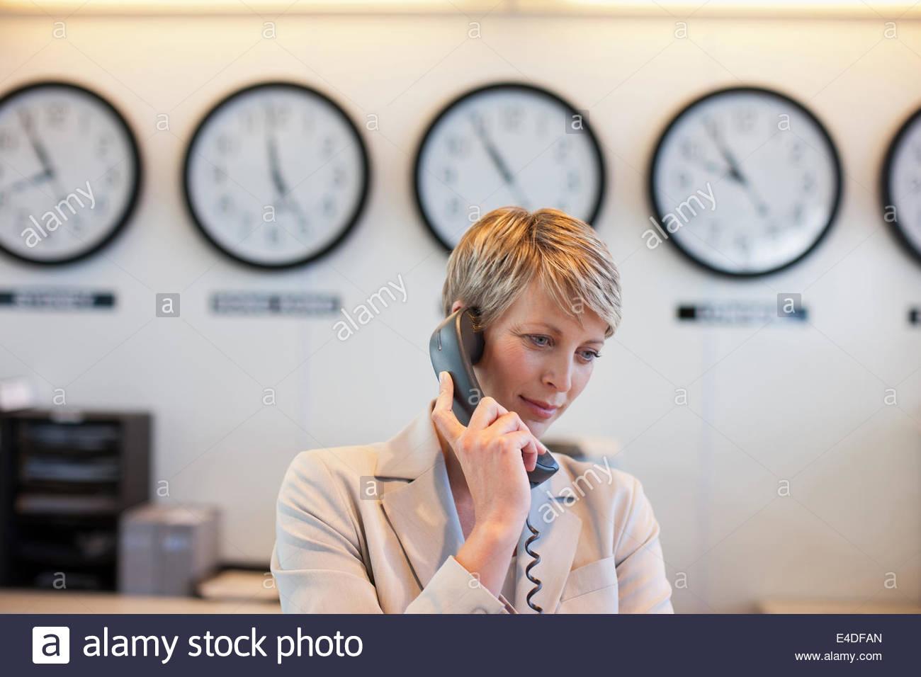La empresaria habla por teléfono en la oficina Imagen De Stock