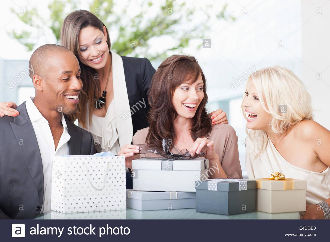 Amigos abriendo regalos Imagen De Stock