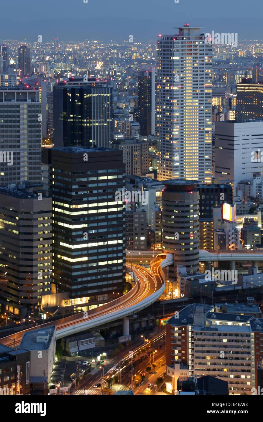 Osaka, Japón el horizonte de la ciudad y del centro de rascacielos iluminados durante la noche Imagen De Stock