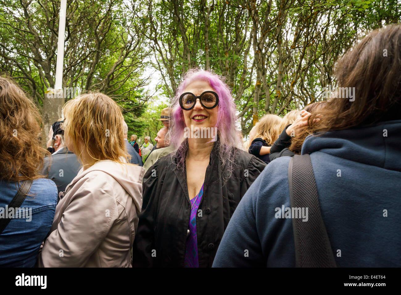 Mujer con el pelo teñido de rosa y bold gafas redondas, Junio 17th-el día de la independencia de Islandia, Reykjavik, Foto de stock