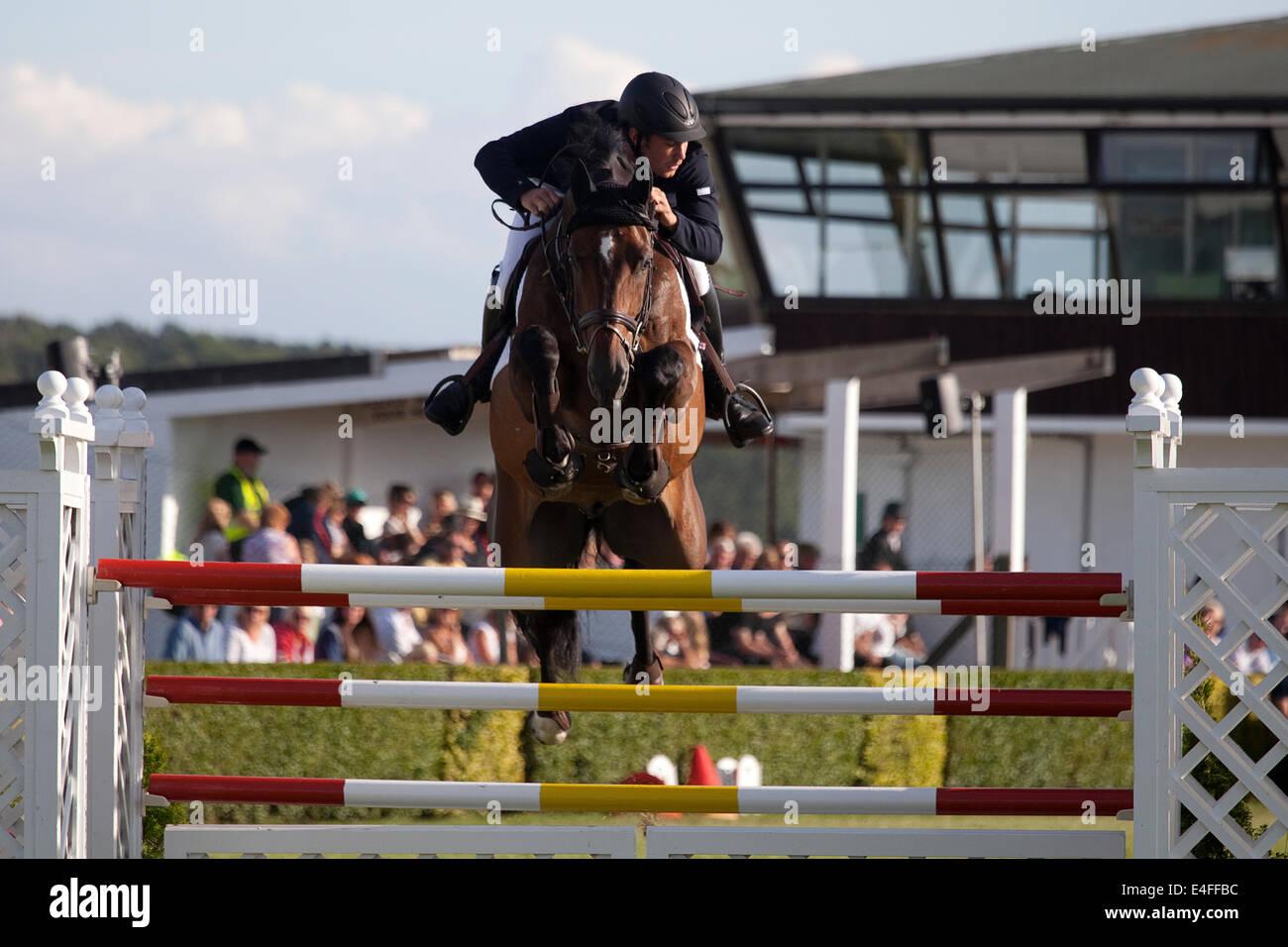 En Harrogate, North Yorkshire, Reino Unido. El 9 de julio de 2014. Un jinete borrar un salto durante el Rudding Imagen De Stock