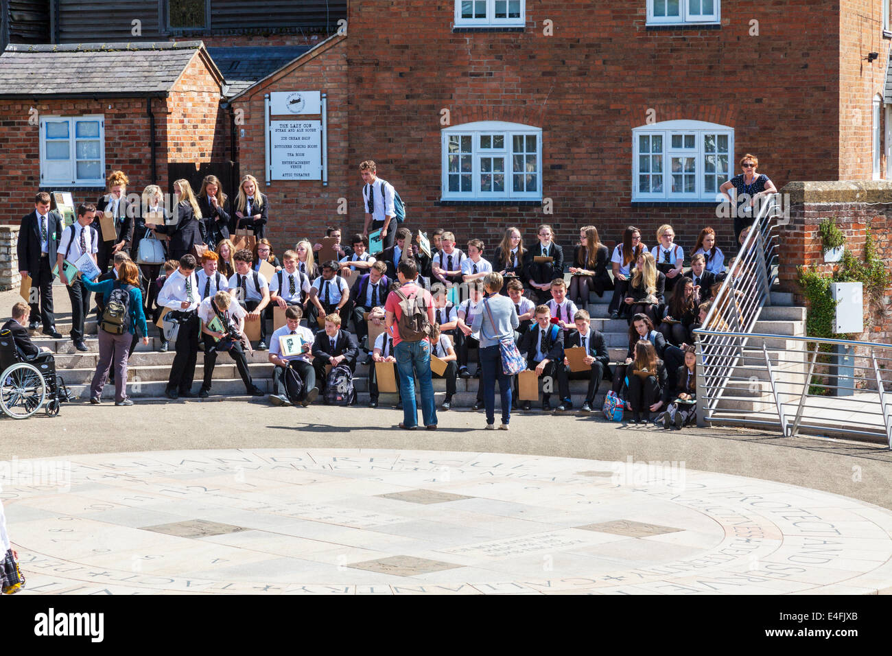 Escolares en viaje fuera de lección en uniforme uniformes Cotswolds UK Inglaterra Imagen De Stock