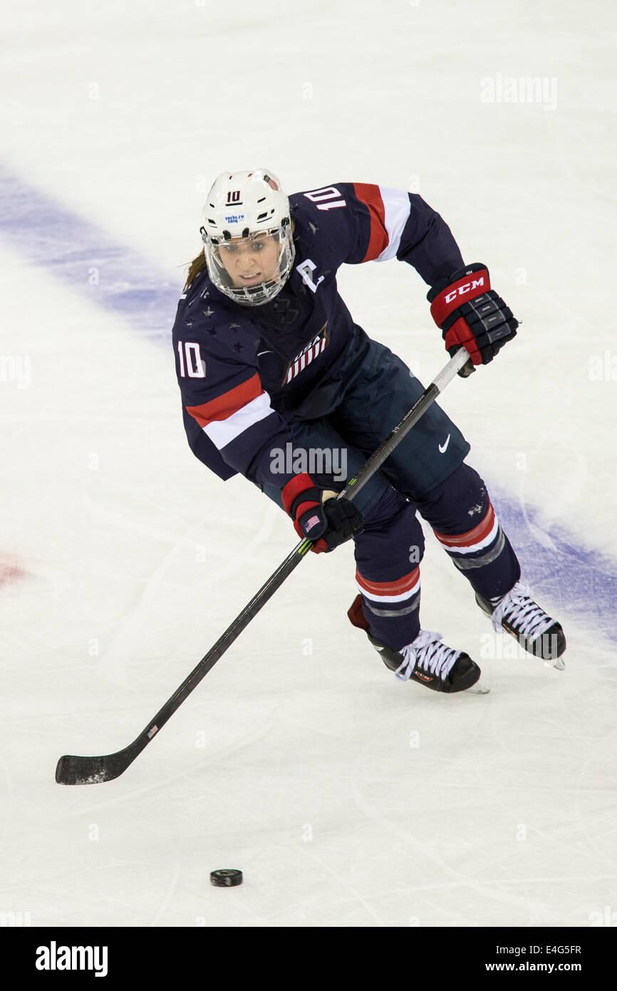 Meghan Duggan (EE.UU.) durante el partido de hockey sobre hielo vs Fin en los Juegos Olímpicos de Invierno, Imagen De Stock