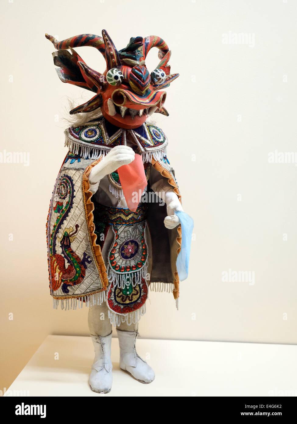 Danzantes de la Diablada o Diablo bailarín madera, pasta, yeso y tela Puno Museo de la Nacion Colección Imagen De Stock