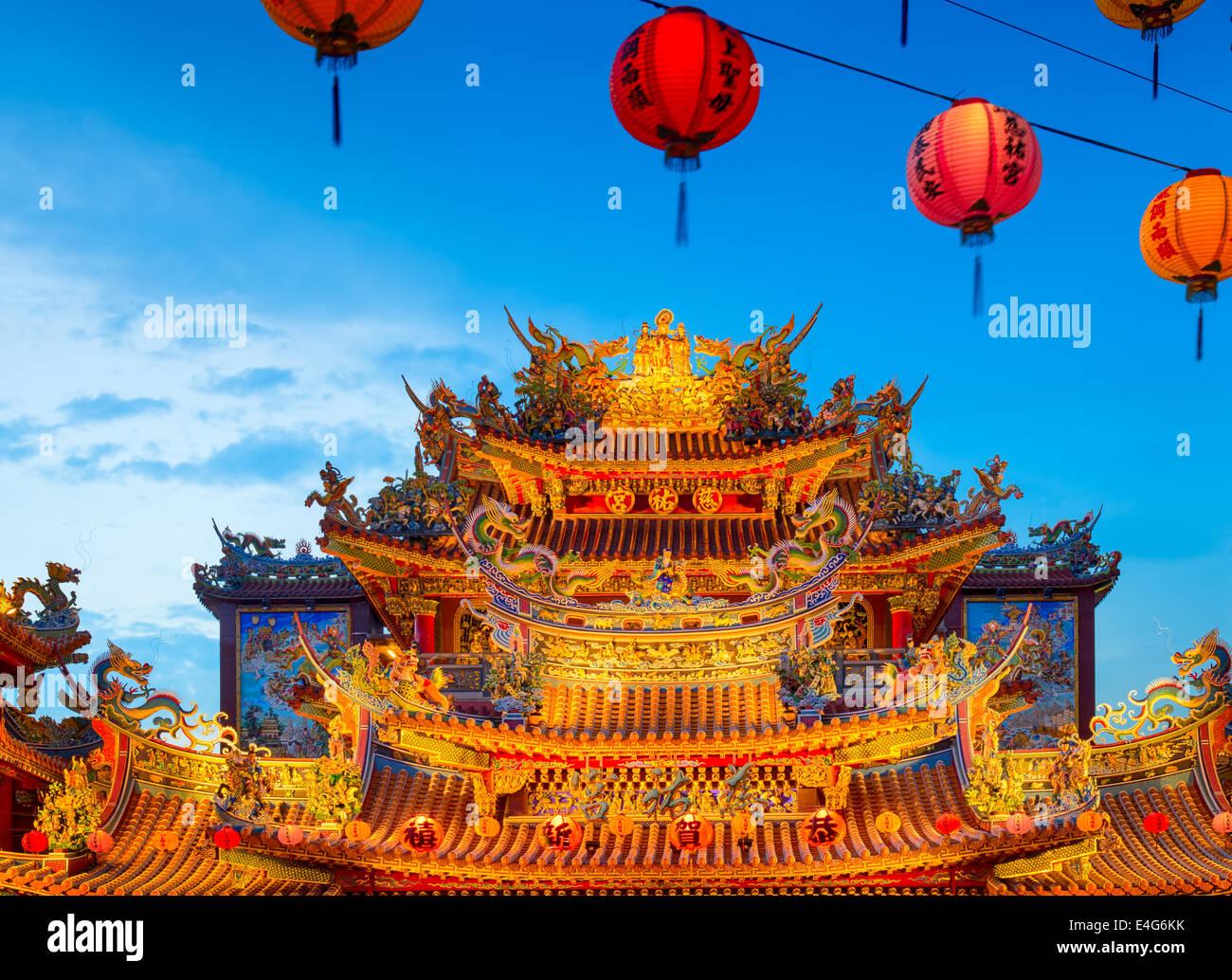 Ciyou Templo Taoísta en la noche. Taipei, Taiwán. Imagen De Stock