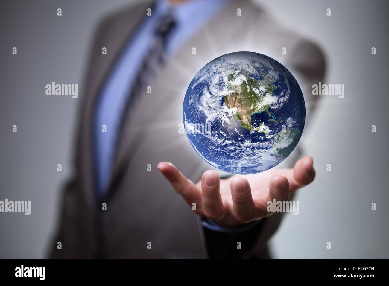 El empresario sostiene el mundo en sus manos Foto de stock