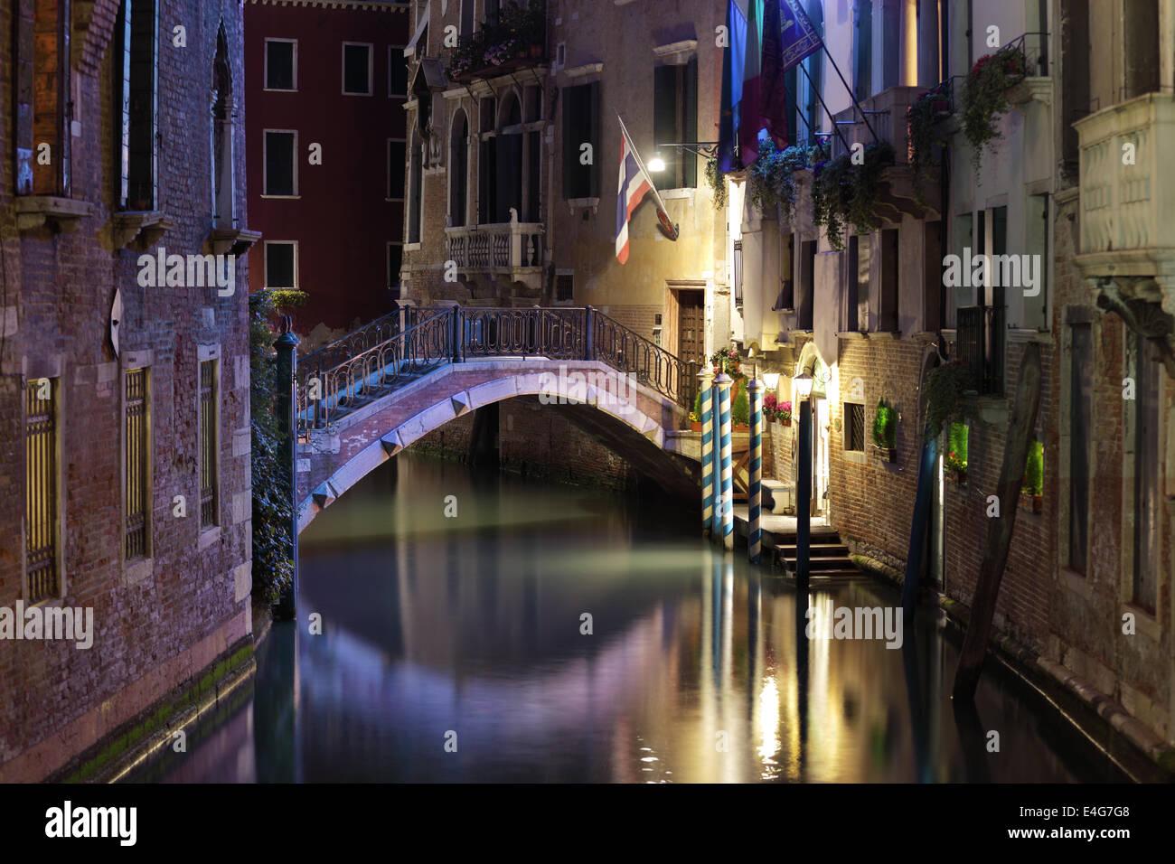 Puente de Venecia y el canal por la noche Imagen De Stock