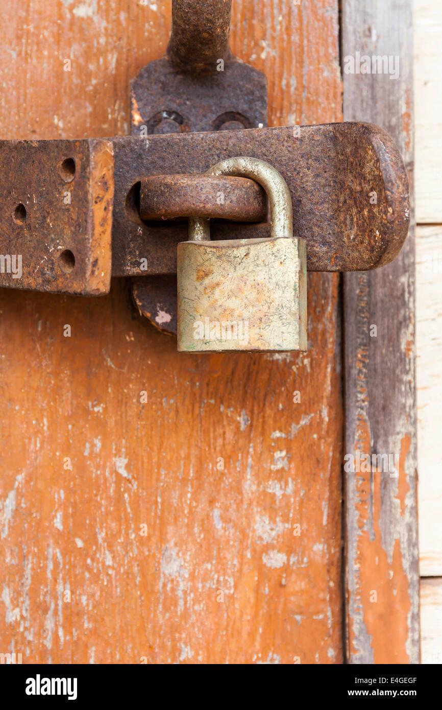 Oxidado viejo candado de una puerta de madera Foto de stock