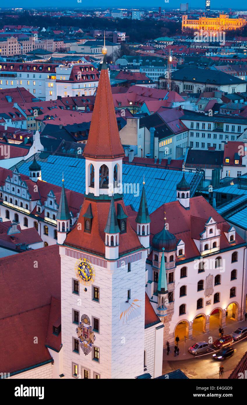 Vista aérea de la torre de la ciudad vieja por la noche, en Múnich, Alemania. Imagen De Stock