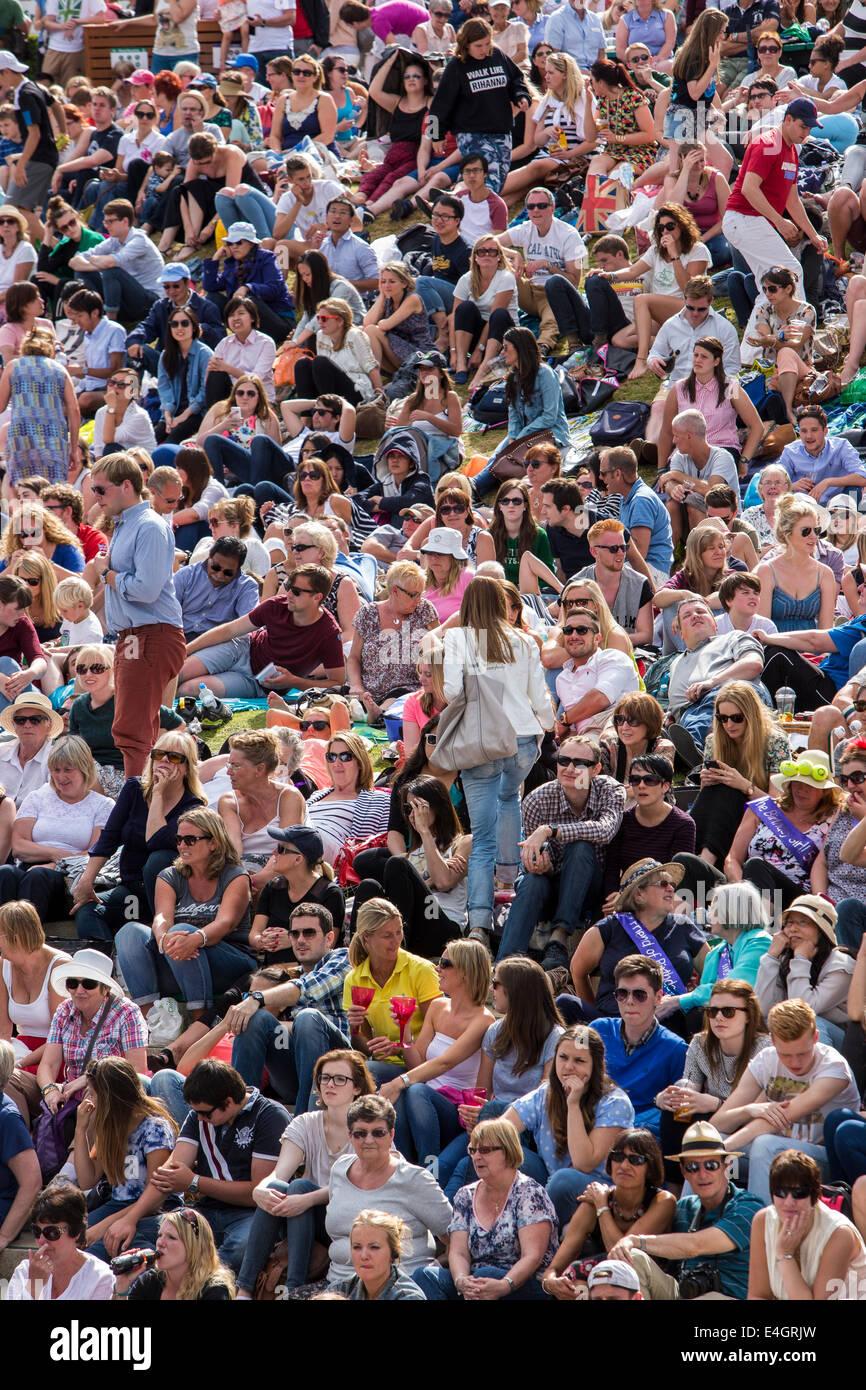 Los ventiladores en terraza Aorangi ver la mens final entre Djokovic y Federer en la gran pantalla de los campeonatos de Wimbledon 2014 T Foto de stock