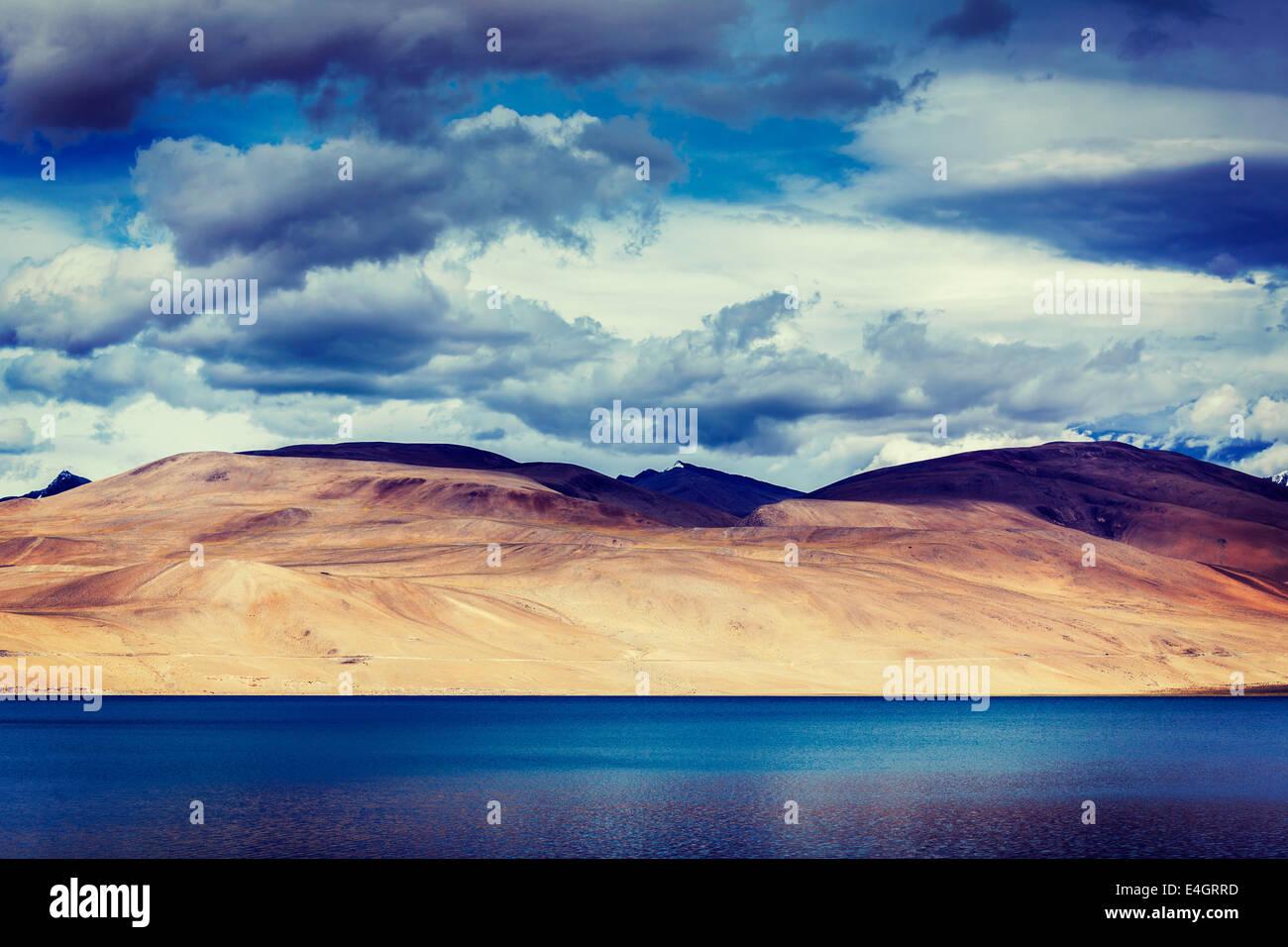 Vintage retro efecto desplazamiento estilo HIPSTER filtrada imagen del lago de montaña del Himalaya Himalaya Imagen De Stock