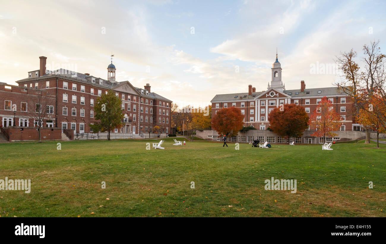 CAMBRIDGE, MA, USA - Noviembre 2, 2013: Radcliffe Quad alojamiento estudiante en la Universidad de Harvard en otoño Imagen De Stock