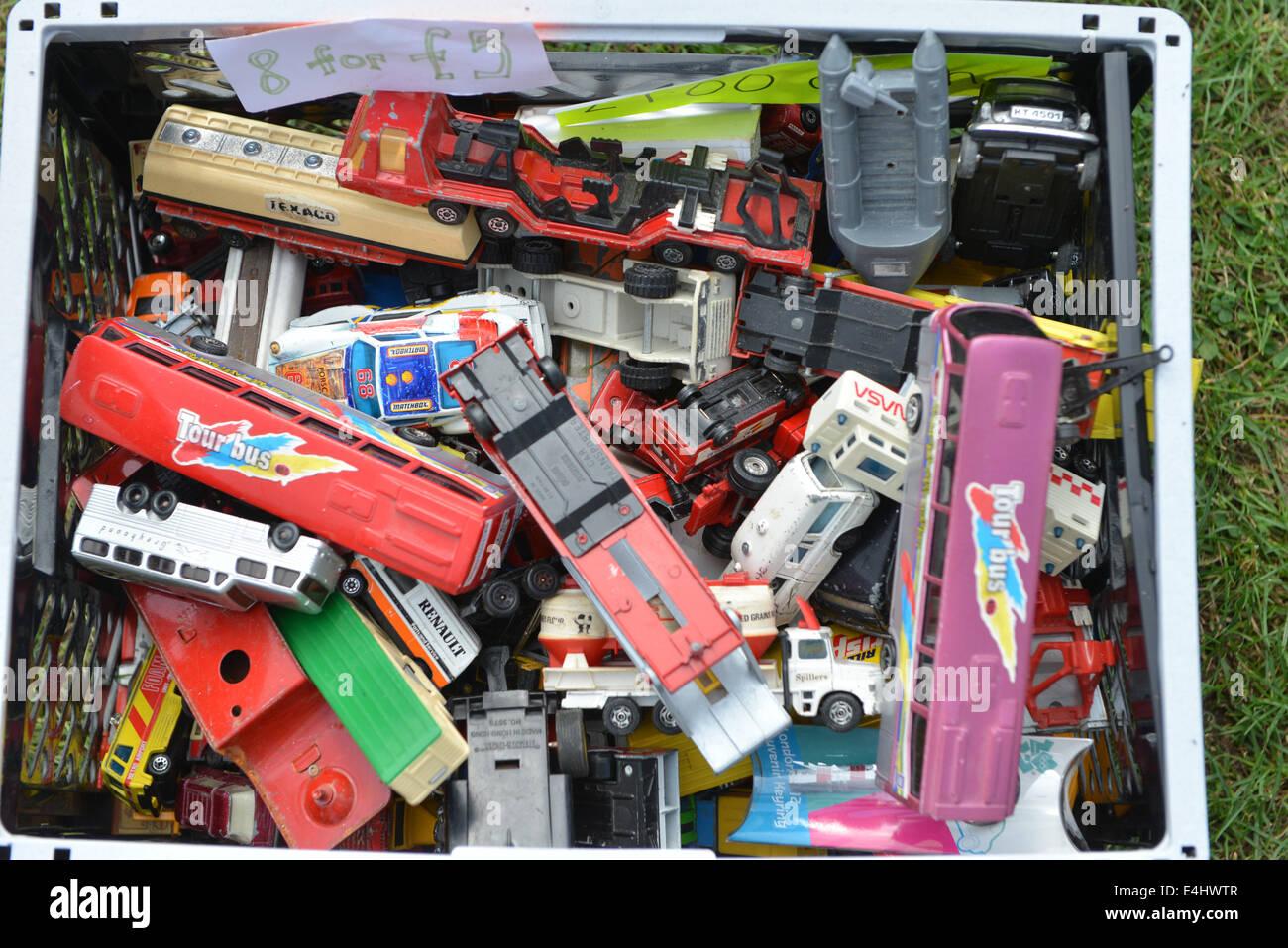En Finsbury Park, Londres, Reino Unido. El 12 de julio de 2014. Modelos y puestos de venta de libros en los autobuses Routemaster Festival en Finsbury Park, con 100 autobuses Routemaster en mostrar celebrando el Jubileo de Diamantes de la Asociación. Crédito: Matthew Chattle/Alamy Live News Foto de stock