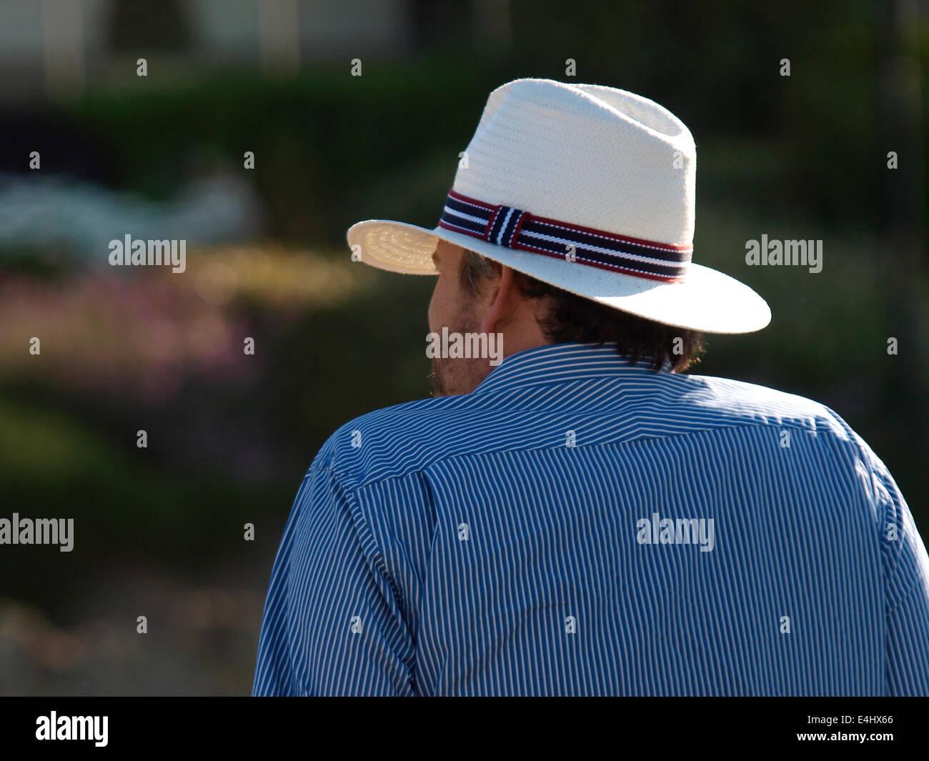 60eebe140a379 Hombre Con Sombrero De Panamá Imágenes De Stock   Hombre Con ...
